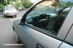 Cu polarizare: Dispar reflexiile de pe geam si caroserie. Se pot observa detalii din interiorul masinii. Sursa de lumina este reprezentata de gard, care se reflecta in geam. M-am pozitionat razant fata de geam, astfel incat sa am sursa reflexiei (gardul) in lateral (stanga) fata de mine.