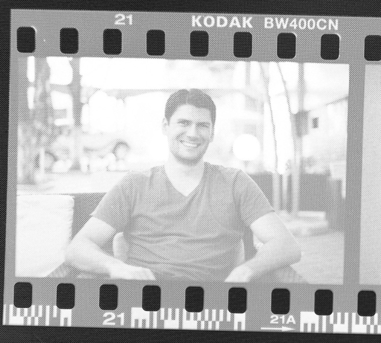 Scanare film foto negativ aproape de ecran